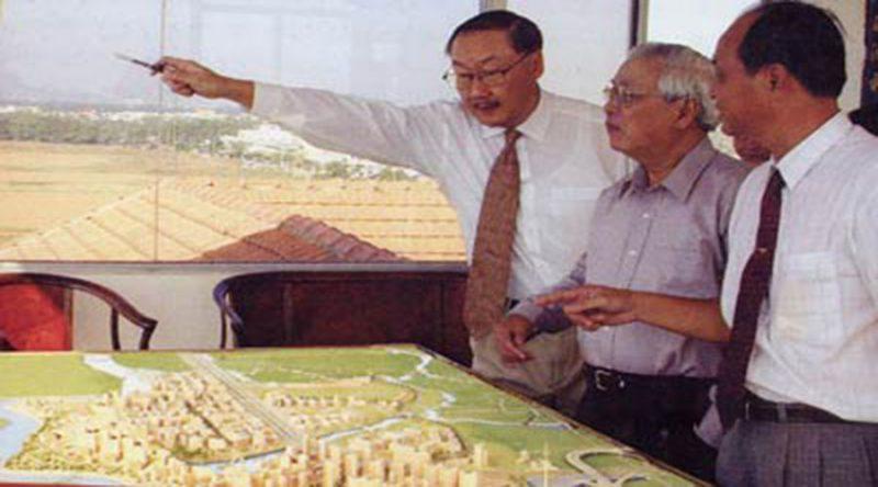 Cố Chủ tịch Lawrence S.ting đang giới thiệu Khu đô thị PMH với Thủ tướng Võ Văn Kiệt
