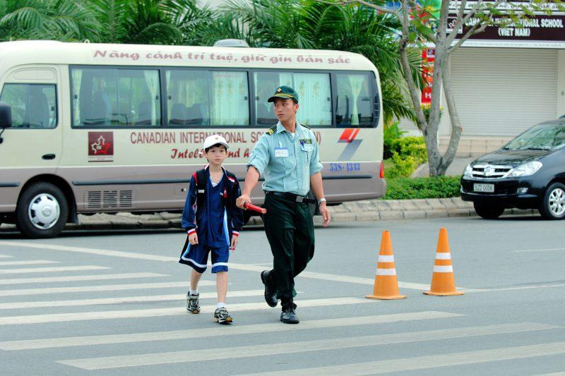 Bảo vệ Phú Mỹ Hưng giúp các em học sinh qua đường an toàn